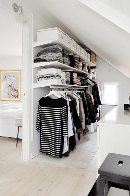 Prateleiras sempre são bem vindas, utilize o máximo desse elemento para seu closet.