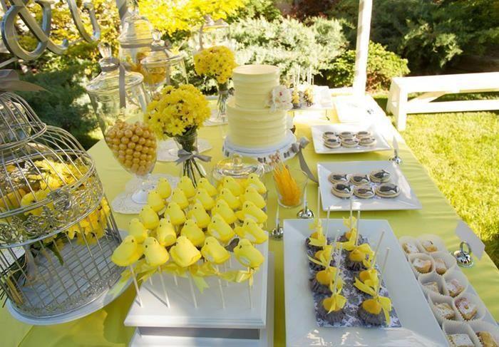 Enfeite de casamento amarelo bolos e doces