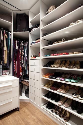 Se o closet é pequeno invista em um móvel com rodinhas. Esse dá para sentar para colocar o sapato e guardar alguns acessórios do seu dia a dia.