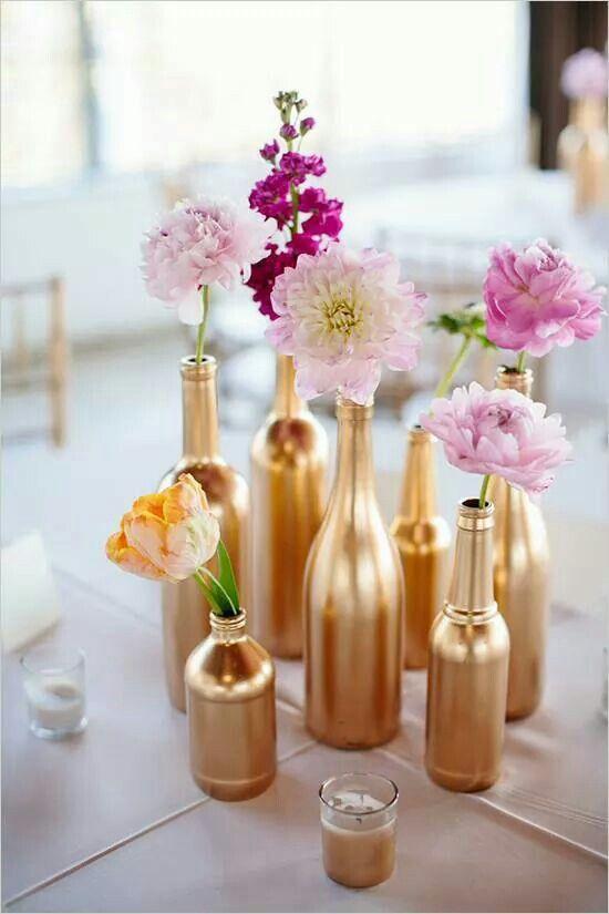 Garrafas douradas para apoiar flores para festa de Reveillon
