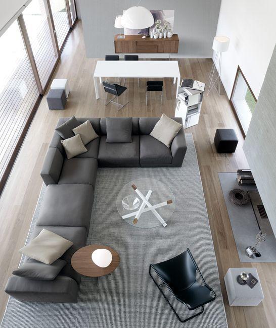 Um sofá que dá para sentar ou deitar.