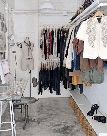 Para quem quer um closet com estilo feminino essa é uma linda decoração com cimento queimado, tubulação aparente e até um cantinho de estudo.