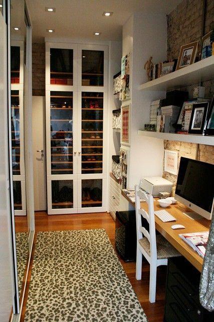 Um closet aconchegante com a escolha certa da tonalidade da madeira e um tapete que dá um charme a mais.