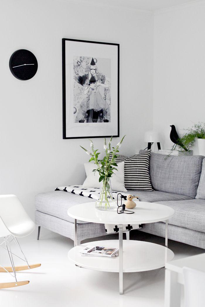 Até um sofá mais simples pode ficar bonito e confortável em sua sala.