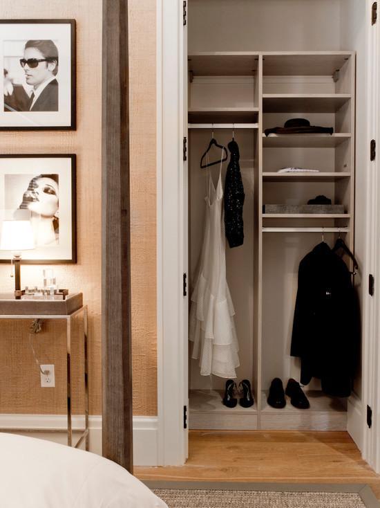 Para quem quer um closet feminino coloque um papel de parede, um espelho com moldura e um lustre. É o trio perfeito para um closet charmoso.