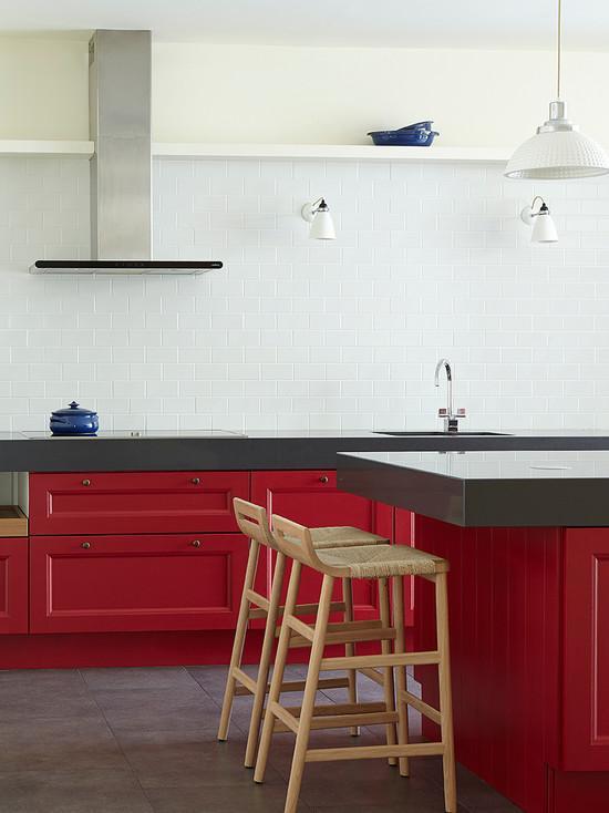 Uma cozinha com estilo minimalista com armários vermelhos
