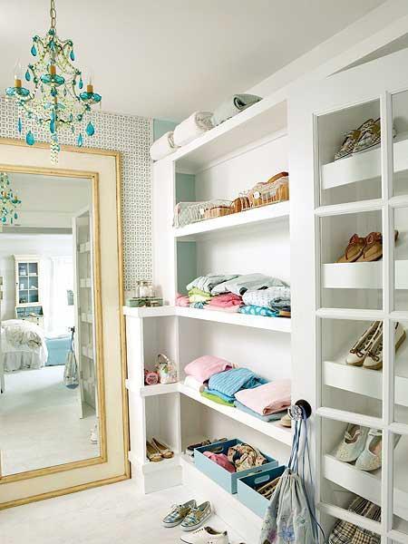 Aproveite o espaço e utilize os três cantos da parede com armário.