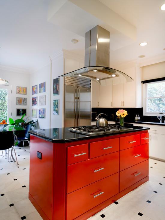 Bancada central vermelha para ser o ponto de destaque na cozinha