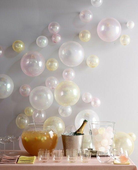 Mesa de drinks com decoração em tons pasteis para festa de Reveillon