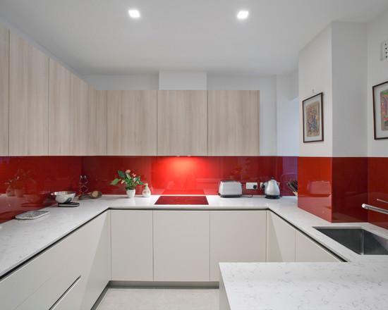 Linhas retas, tons neutros e o vermelho deu personalidade ao projeto desta cozinha