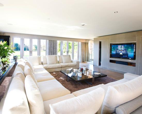 Para salas amplas pode inserir o sofá dessa forma.