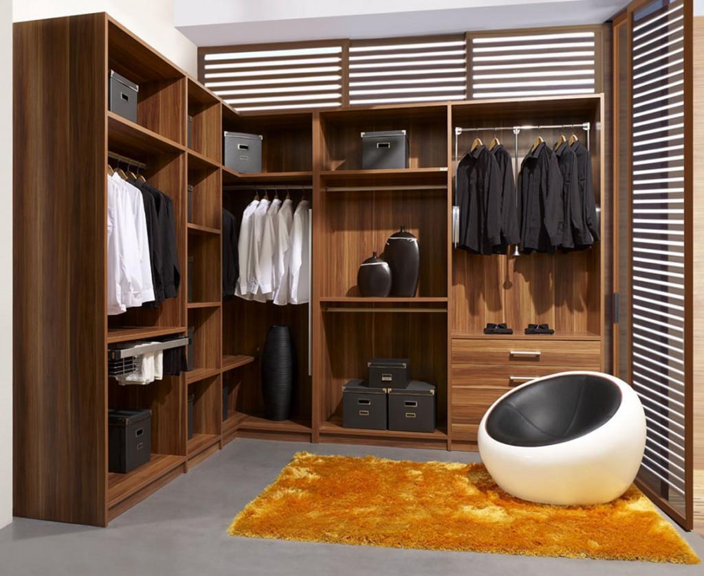 O closet com armário em L sempre deixa mais espaço para circulação.