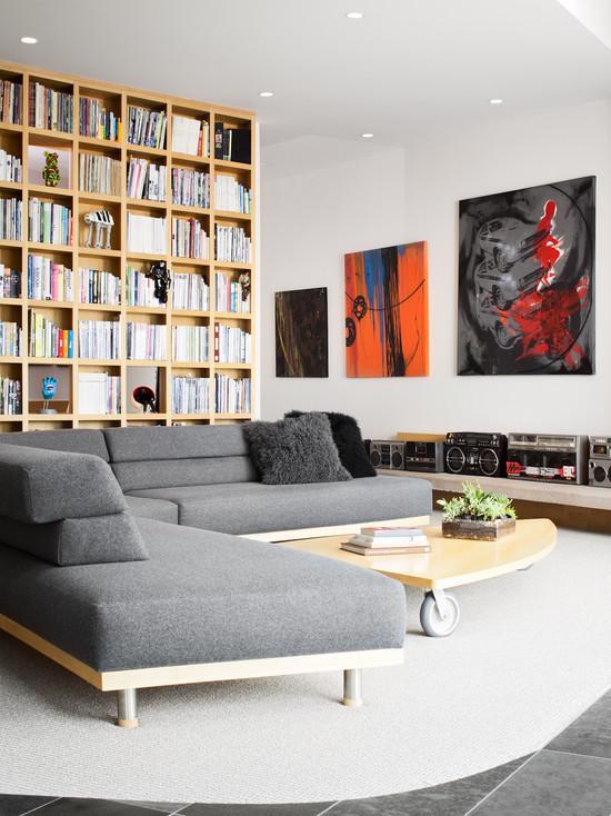 imagem u a composio do sof cinza com as mesas em madeira deu um up para a sala