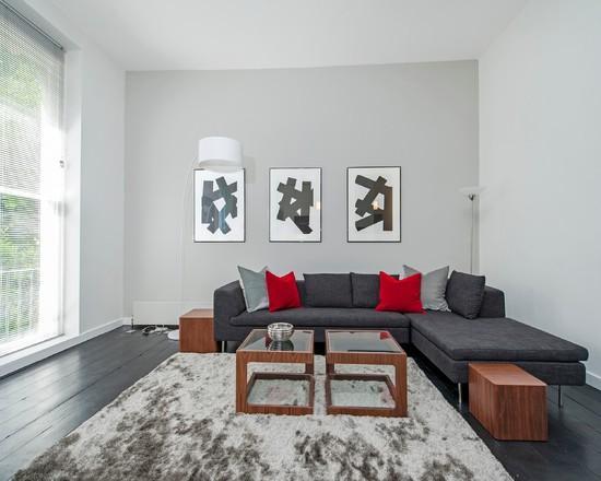 A composição do sofá cinza com as mesas em madeira deu um up para a sala!