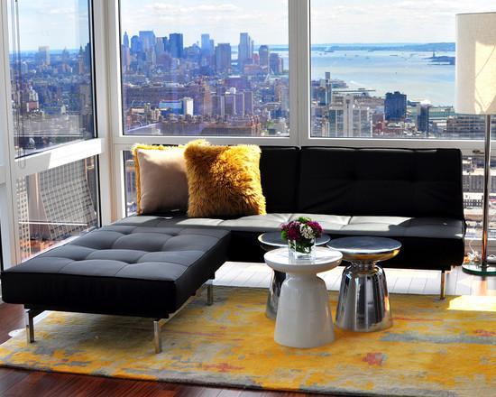 A mesa de centro virou um apoio para o sofá, podendo até ter função para cantos de parede.