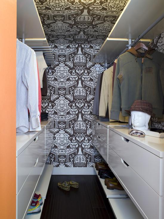 Papel de parede revestido até o teto deixou o closet com muita personalidade.