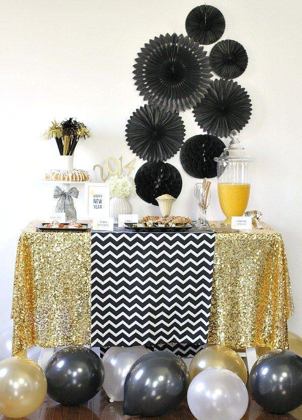 Mesa preta e dourada para festa de Reveillon