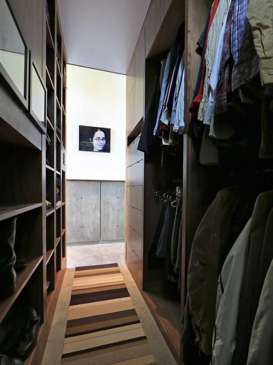 Um closet/corredor não deixa de ser bacana basta elaborar um bom projeto de marcenaria.