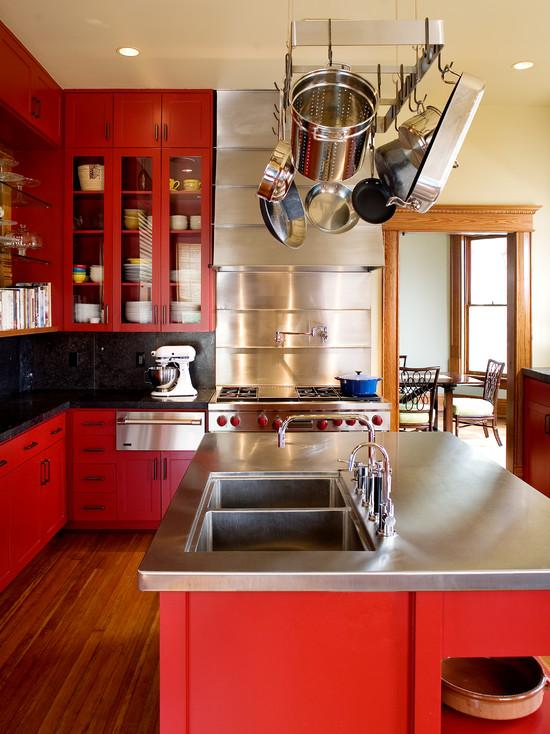 Um jeito de deixar a cozinha com estilo mais clássico é colocar puxadores nos armários vermelhos