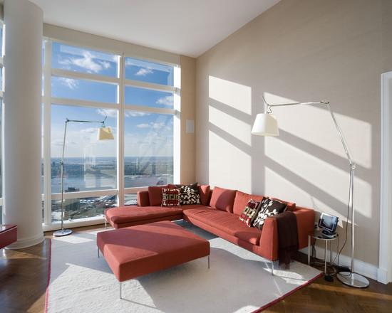 Um sofá com cor dá um ar descontraído para uma sala clean.