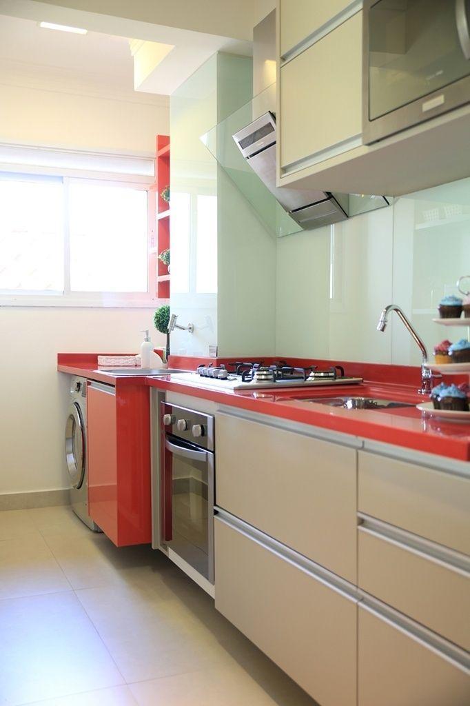 Fendi e vermelho fazendo parte dessa cozinha moderna e clean