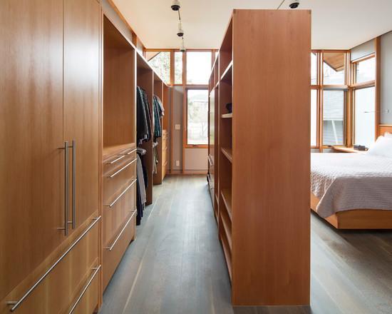 Uma estante até o teto para delimitar o closet é interessante para quartos grandes.