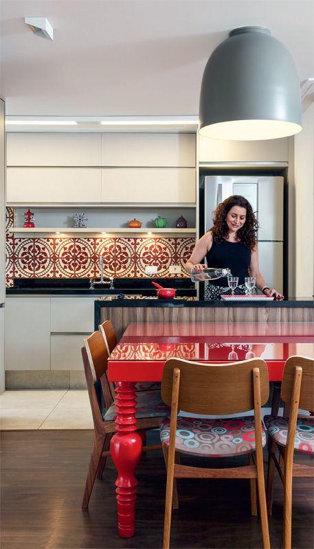 Investir em alguns detalhes vermelhos dão um toque a mais na cozinha