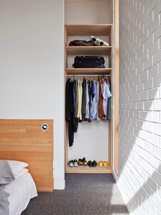 Para quem possui poucas roupas e sapatos esta aí o cantinho perfeito e muito organizado.