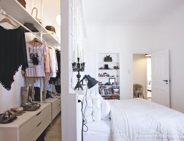 No fundo do quarto, um closet pequeno com uma ótima solução.