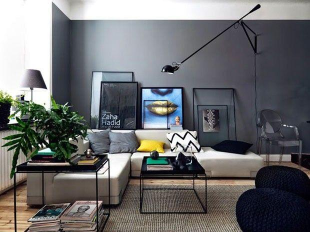 Um sofá com um design em linhas retas deixa qualquer sala com o charme que estava faltando.