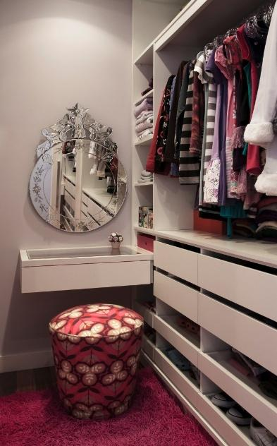 A penteadeira pequena também pode se encaixar em seu closet.