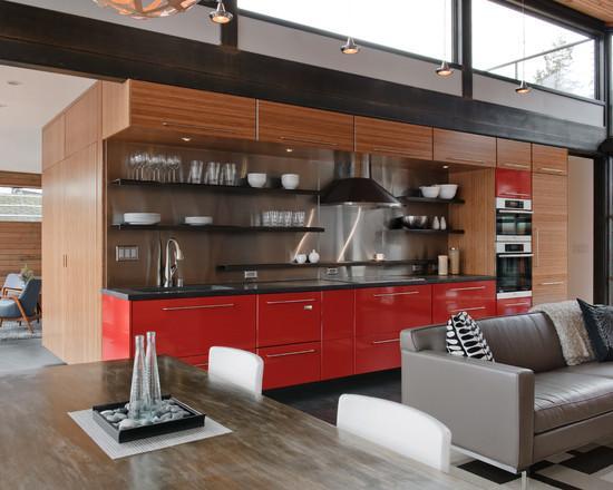 Se quiser uma cozinha com um toque do vermelho pode inserir a cor apenas nos gavetões em baixo da pia