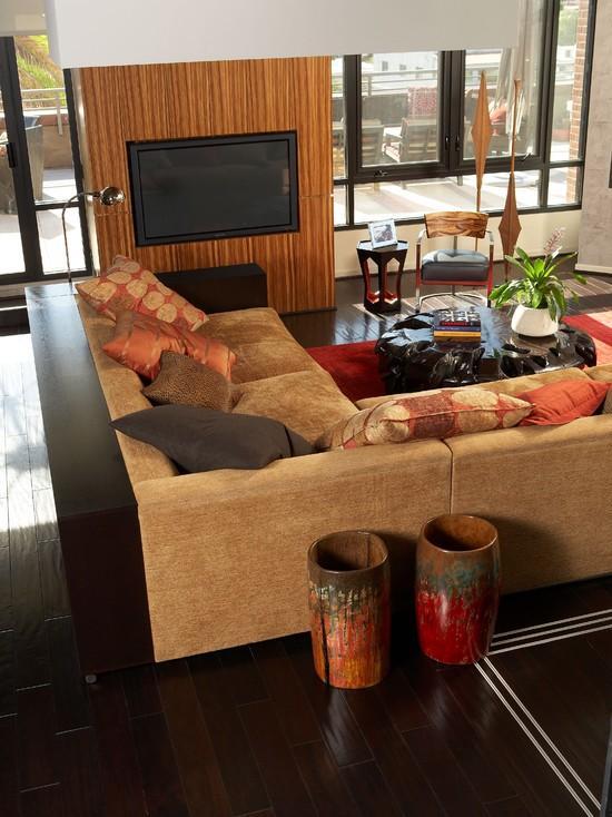 O sofá de veludo sempre deixa o ambiente mais aconchegante.