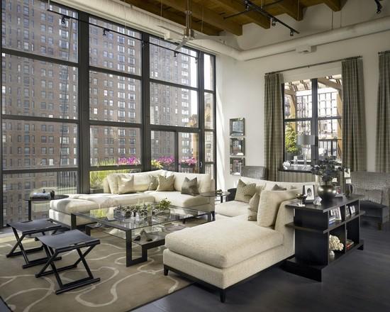 A cor do sofá ajudou a deixar a sala de estar mais ampla.