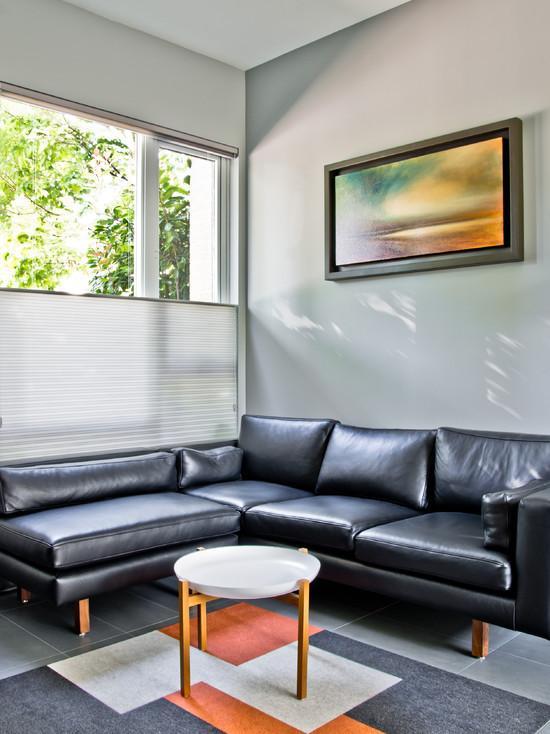 O sofá em couro é o mais pratico. E com o acabamento em madeira deixou ele diferente e moderno.