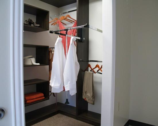 Um layout diferente e econômico para um closet pequeno.