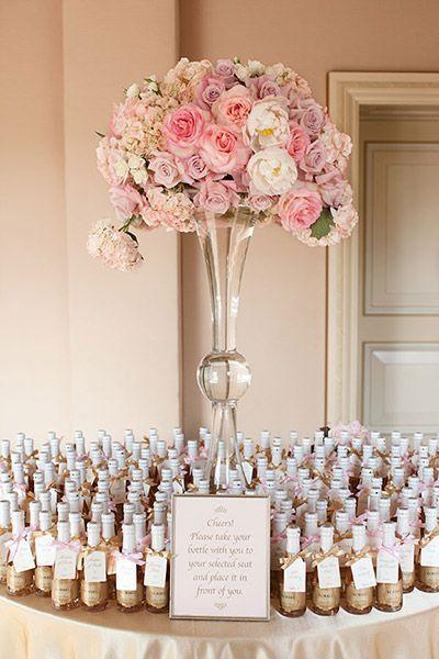 Mesa com espumantes para convidados para festa de Reveillon