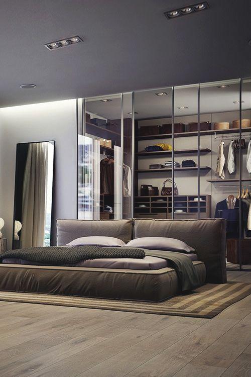 Portas de vidro para deixar o closet à mostra são ideais para quartos pequenos.