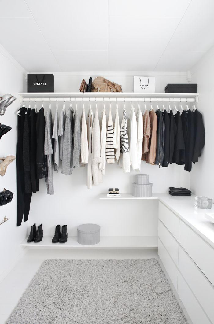 Prateleiras na parte superior e inferior sempre é uma ótima forma para ganhar mais espaço para roupas e caixas.