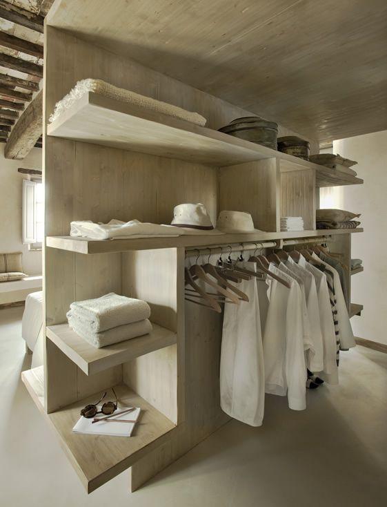 Aproveite o espaço atrás da cama e monte um closet junto com um projeto sob medida.