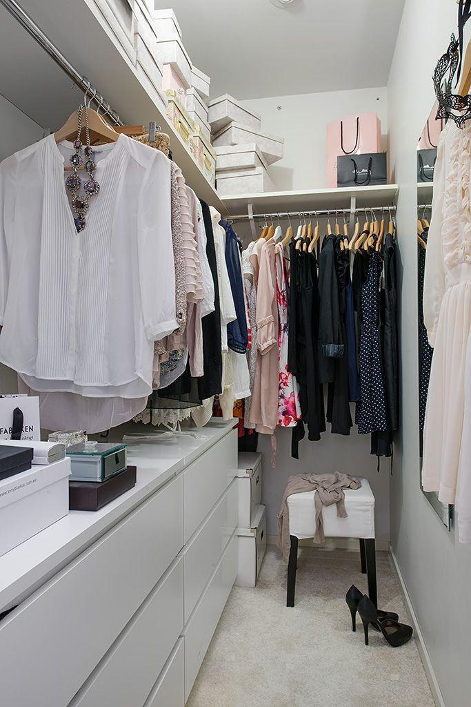 Para um closet estreito é bacana pendurar ganchos na parede para apoiar roupas ou acessórios.