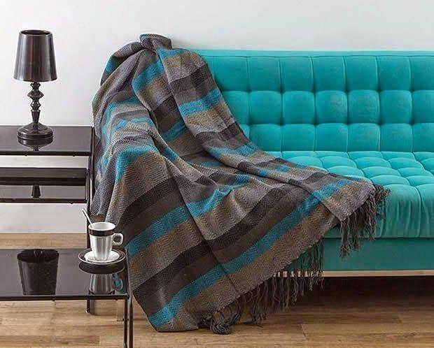 50 mantas para sof s que v o inspirar a sua decora o for Chaise longue azul turquesa