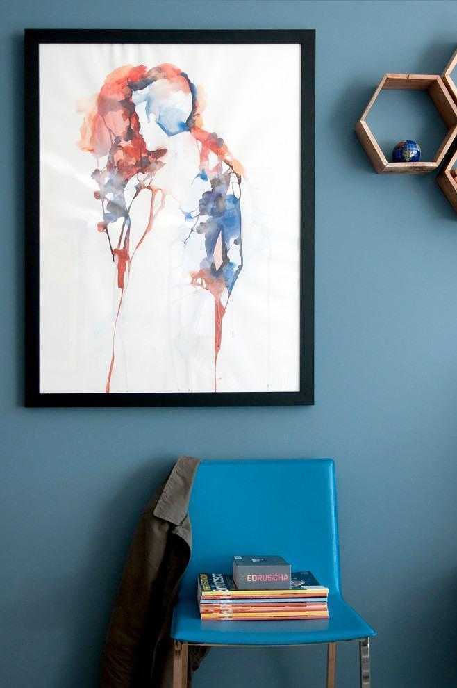 Quadro abstrato em parede com a cor azul petróleo