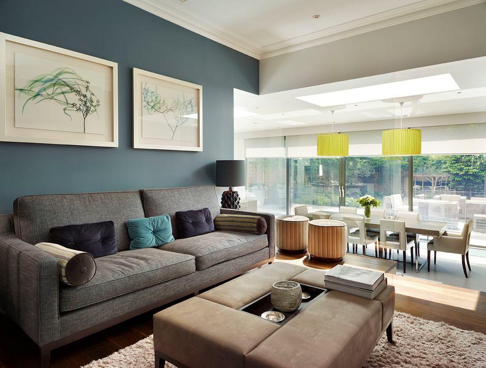 Sala de estar com a cor em somente uma das paredes