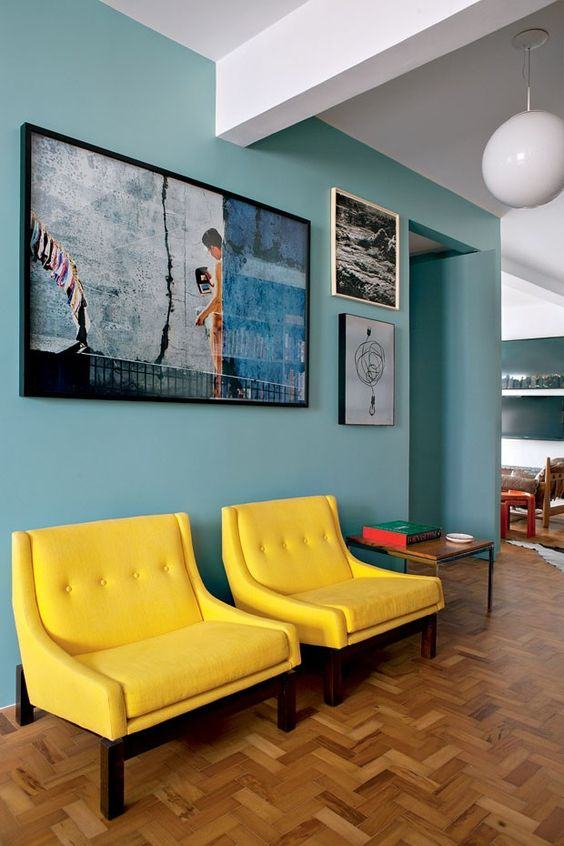 O efeito do amarelo das poltronas proporciona um bom contraste com a cor da parede
