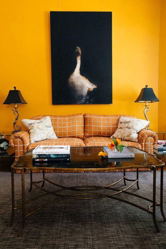 Quebre o amarelo forte com objetos escuros como o quadro abaixo: