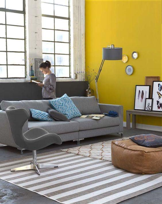 Combine o amarelo vibrante em uma sala com cores neutras
