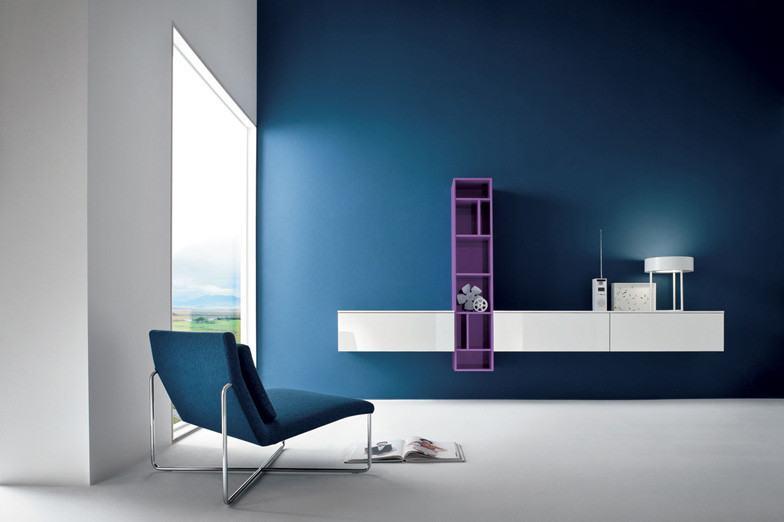 Parede azul marinho que combina com a poltrona da sala