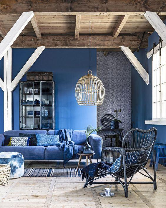 Sala de estar com decoração azul