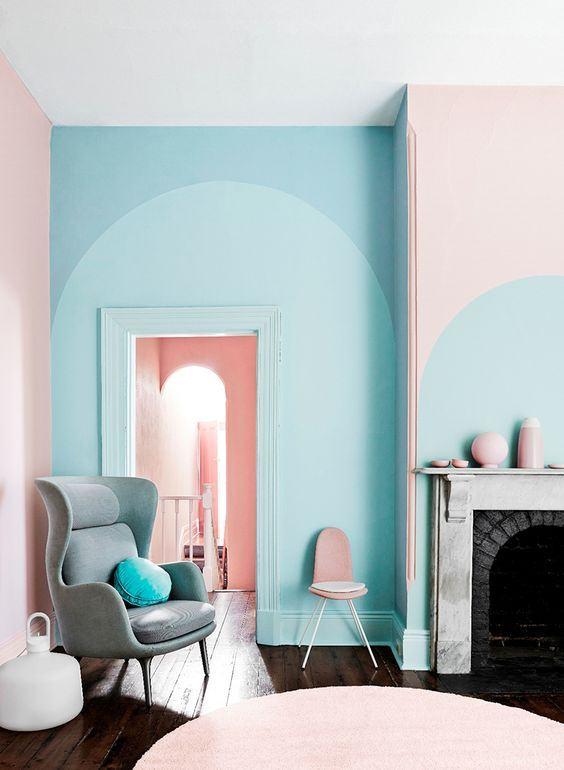 O cinza e o azul formam uma dupla incrível na sala!